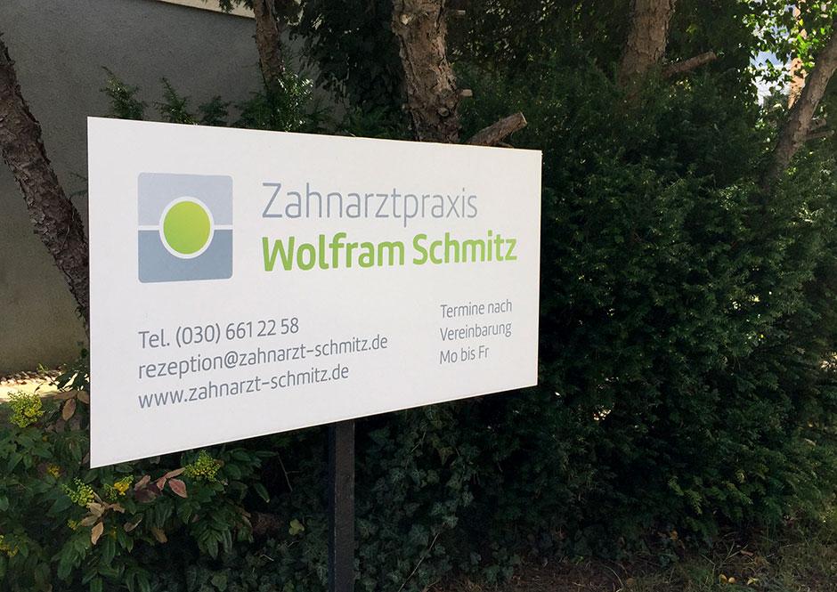 Schild im Vorgarten der Zahnarzt-Praxis Schmitz